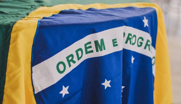 Bandeira do brasil - contrato de trabalho verde e amarelo